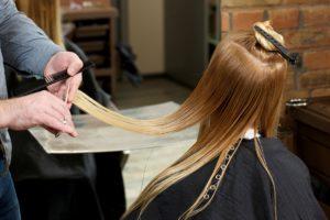 枝毛カット 髪を切る女性
