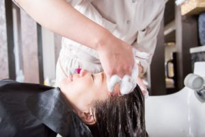 シャンプー中に人が変わる 美容師