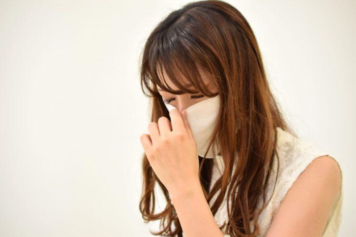 美容師がマスクをしながら仕事をする